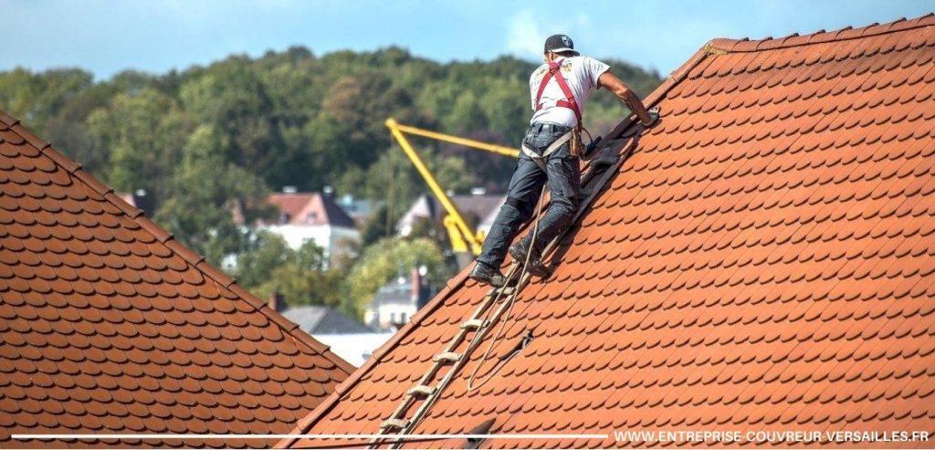 couvreur entrain de travailler sur toit en tuile versailles