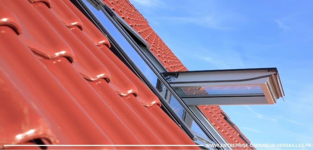 fenetre de toit sur une toiture en ardoise tuile versailles