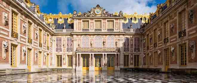 Qui a construit le château de Versailles et pourquoi?