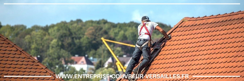 couvreur à Le Pecq réparant la toiture en tuile